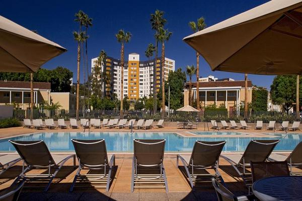 Beautiful swimming pool at the Bedford Corporate Housing property in Hollywood near The Grove Towers. For the best corporate housing in Los Angeles, contact Bedford.