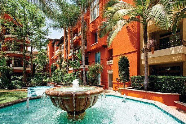 Courtyard of Bedford Corporate Housing Property with fountain. Luxury Temporary Housing in Los Angeles.
