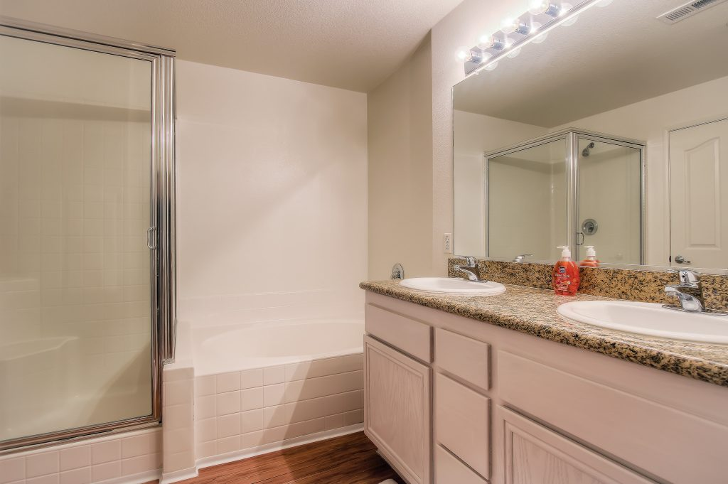 Furnished bathroom included with every unit at Bedford Corporate Housing's property in Hollywood near The Grove East/West. For the best furnished rentals in Los Angeles, contact Bedford.
