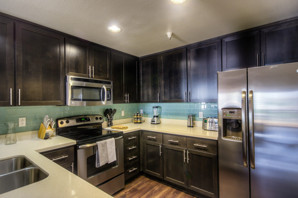 Modern kitchen at Bedford Corporate Housing's property in Westwood Wilshire Corridor. For the best Furnished Apartments in Los Angeles, contact Bedford.