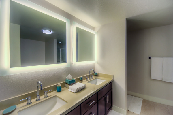 Beautiful, spacious bathroom at Bedford Corporate Housing's property in Westwood Wilshire Corridor. For the best Furnished Apartments in Los Angeles, contact Bedford.