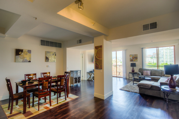 Beautiful living room at Bedford Corporate Housing's property in Westwood Wilshire Corridor. For the best Furnished Apartments in Los Angeles, contact Bedford.
