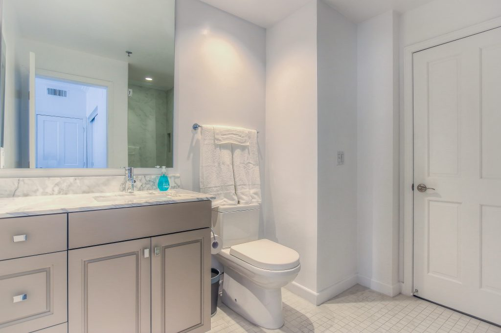 Furnished bathroom in every unit at Bedford Corporate Housing's property in Beverly Hills near Cedars Sinai. For the best corporate Housing in Los Angeles, contact Bedford.