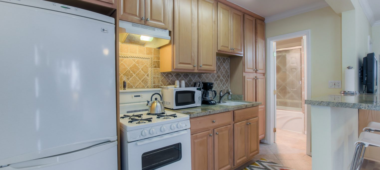 Furnished kitchens in every unit at Bedford Corporate Housing's property in Santa Monica. For the best Temporary Housing in Los Angeles, contact Bedford.
