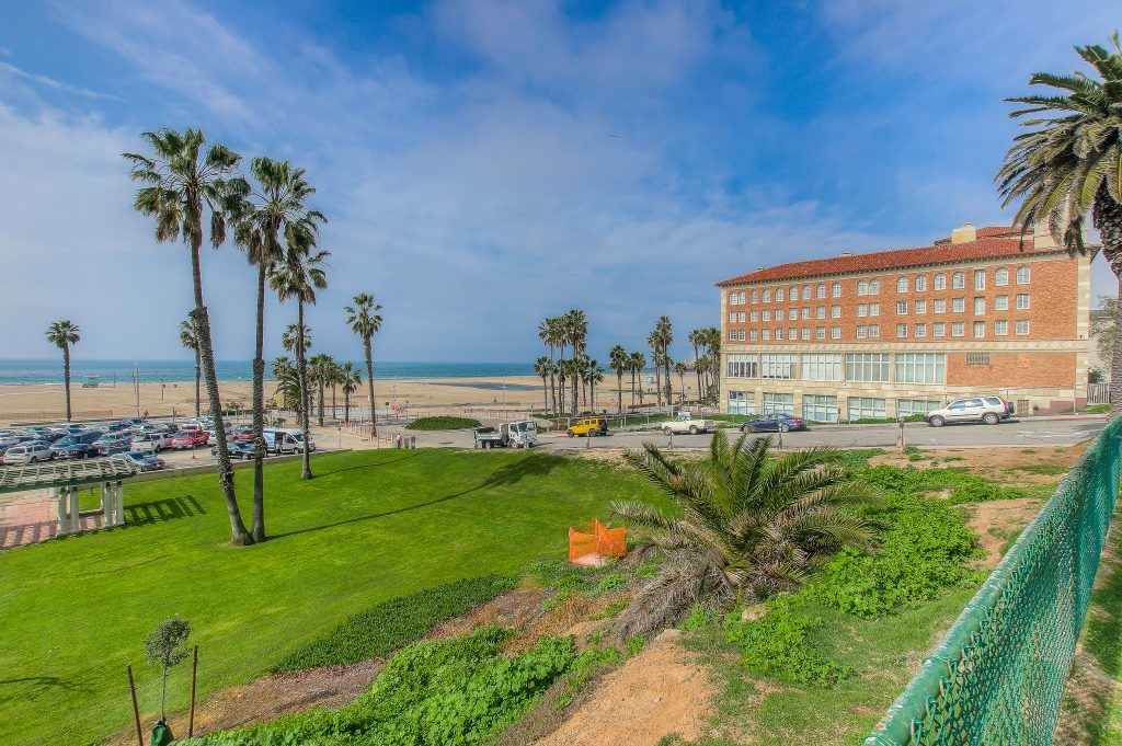 Beautiful views at Bedford Corporate Housing's property in Santa Monica. For the best furnished rentals in Los Angeles, contact Bedford.